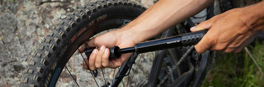 Bomba de bicicleta, mejor mini bomba bici de carretera | Bombas de pie, para tu propio taller en casa, puedes encontrarlos para válvula presta o schrader.